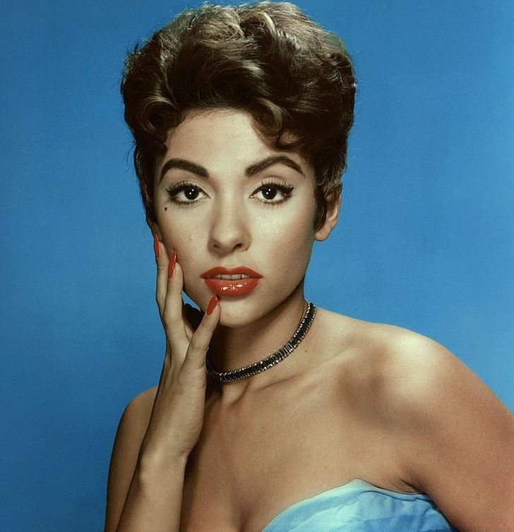 2 88 - 9 famosas del siglo pasado que tenían extraños trucos de belleza. Una usaba 3 pestañas postizas