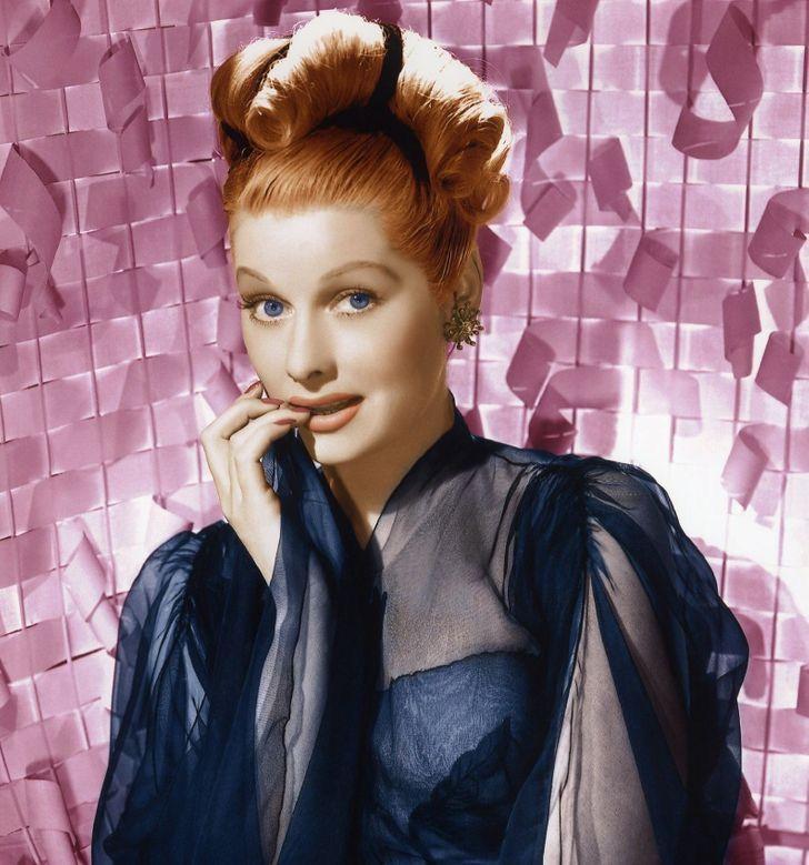 6 82 - 9 famosas del siglo pasado que tenían extraños trucos de belleza. Una usaba 3 pestañas postizas