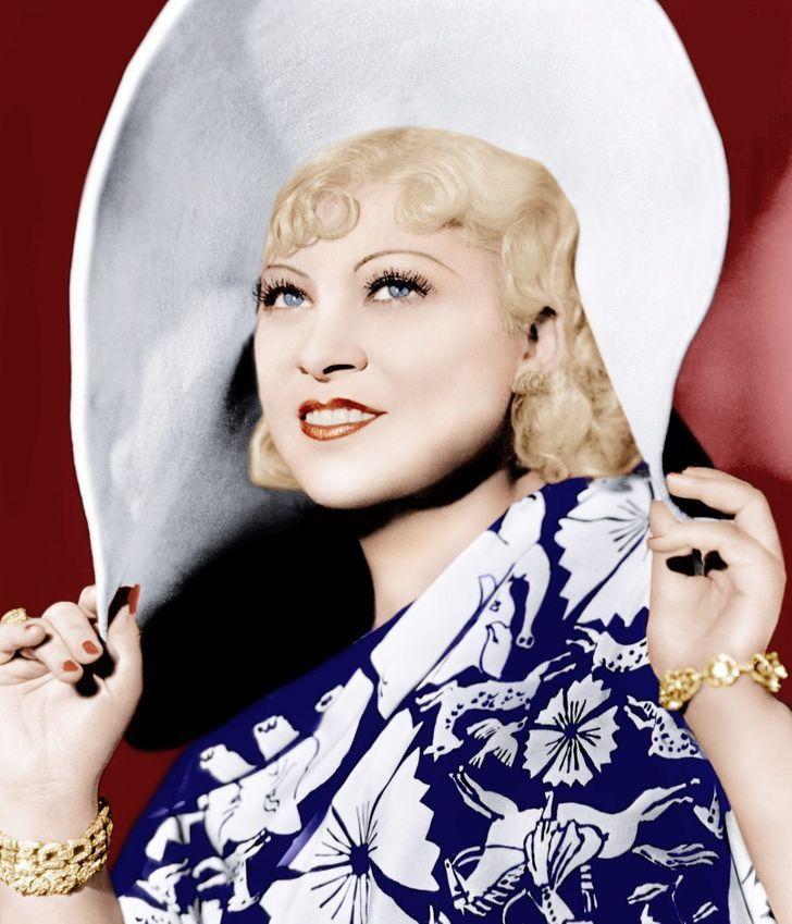 7 84 - 9 famosas del siglo pasado que tenían extraños trucos de belleza. Una usaba 3 pestañas postizas