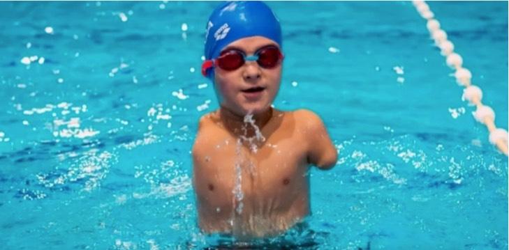 Captura de Pantalla 2020 12 30 a las 16.11.12 - Ismail, el pequeño atleta sin brazos que fue elegido deportista del año en Bosnia. Practica natación