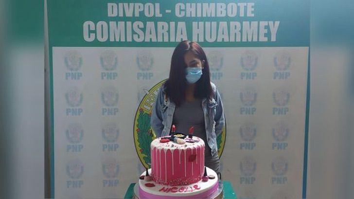 413541 1046583 - Joven hace fiesta en pandemia y es obligada a posar con su pastel en comisaría. Alega humillación