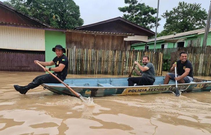 Captura de Pantalla 2021 02 24 a las 16.56.35 - Familia escapa de inundación en Brasil con sus perros en brazos. No iban a dejarlos abandonados