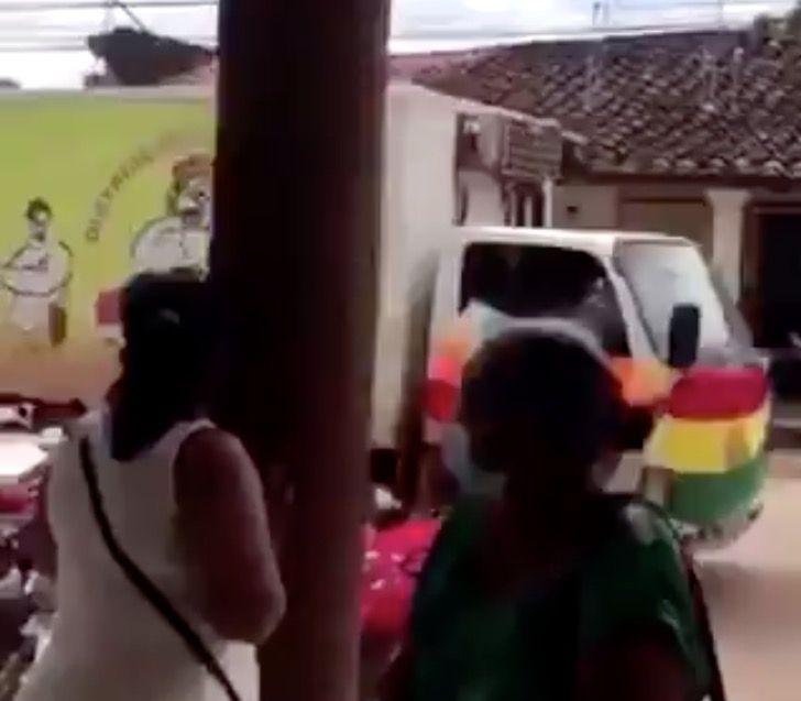 vacuna bolivia coronavirus pollos camion0002 1 - Vacunas contra el COVID-19 llegan a ciudad de Bolivia en camión de pollos. No había otro transporte