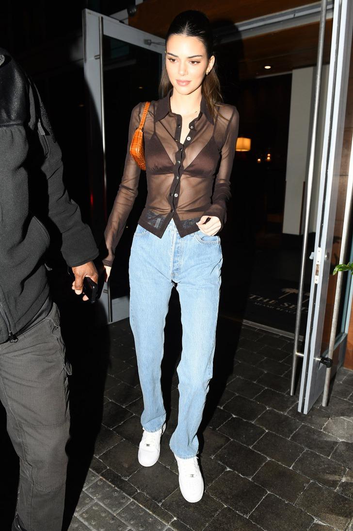 13 49 - 20 famosas que usaron blusas transparentes en público. Bella Hadid olvidó el sujetador en casa