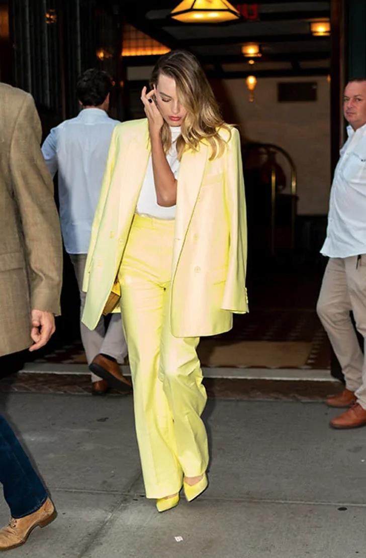 6 62 - 22 veces que las famosas se lucieron con trajes coloridos. Kendall los usa sin camiseta ni sujetador