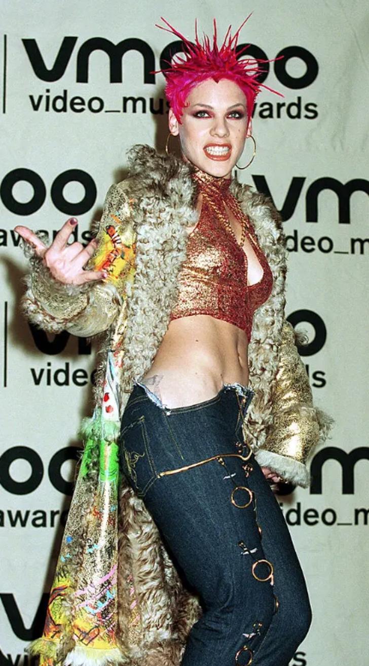 """7 21 - 25 terribles looks que los famosos presumían como """"estilosos"""". Christina Aguilera mostraba su tanga"""