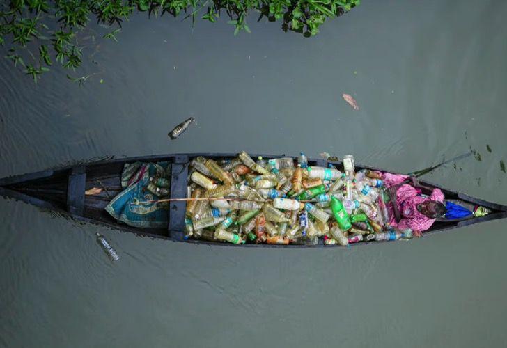 Captura de Pantalla 2021 03 10 a las 16.01.37 - Abuelo con parálisis lucha contra la contaminación de un lago en su bote. Así se gana la vida