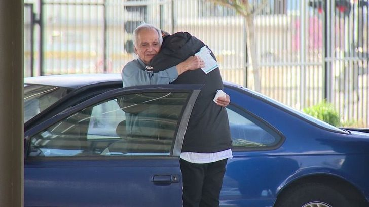 Jose Villarruel - Professore di 77 anni, che vive in auto, riceve un assegno da 27 mila dollari. Un magnifico atto di solidarietà.