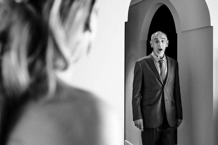 10 38 - 15 veces que los fotógrafos captaron la complicidad entre padres e hijas justo antes de sus bodas
