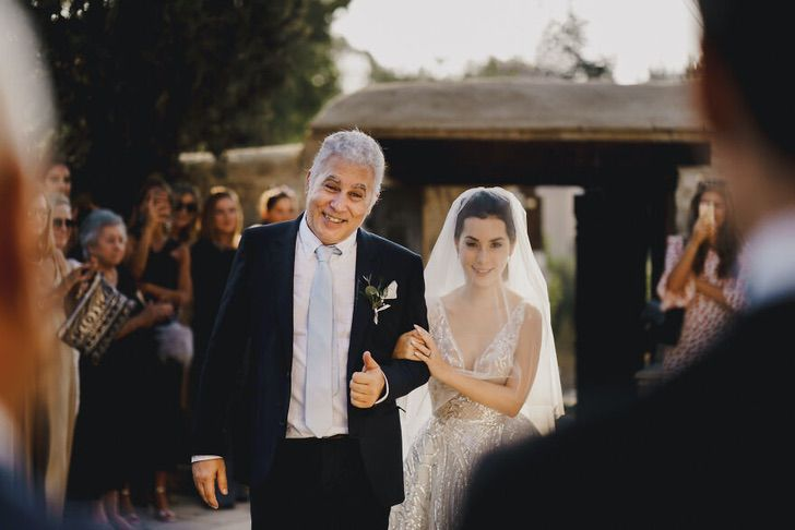 11 32 - 15 veces que los fotógrafos captaron la complicidad entre padres e hijas justo antes de sus bodas