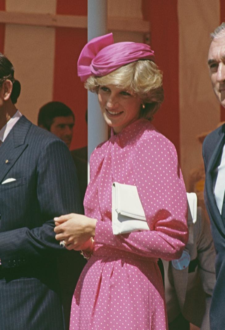 12 47 - 27 veces que Lady Di lució como toda una princesa con sus atuendos rosa
