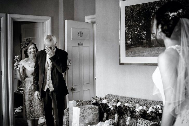 15 18 - 15 veces que los fotógrafos captaron la complicidad entre padres e hijas justo antes de sus bodas