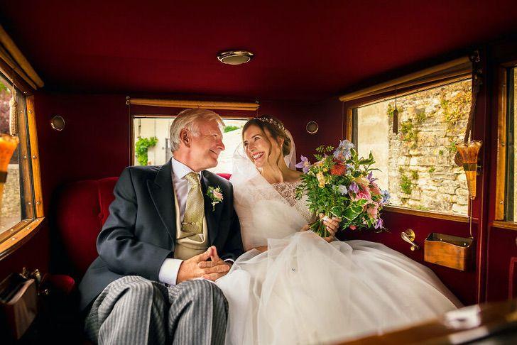 4 55 - 15 veces que los fotógrafos captaron la complicidad entre padres e hijas justo antes de sus bodas