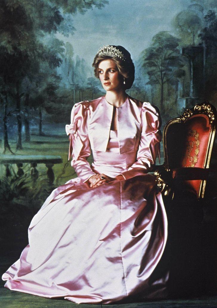 7 72 - 27 veces que Lady Di lució como toda una princesa con sus atuendos rosa