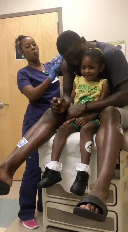 Captura de Pantalla 2020 07 24 a las 17.04.26 - Papá finge ser vacunado primero para que su pequeña hija no sienta miedo. Con cariño la tranquilizó