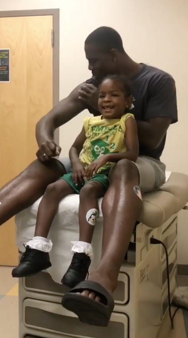 Captura de Pantalla 2020 07 24 a las 17.05.16 - Papá finge ser vacunado primero para que su pequeña hija no sienta miedo. Con cariño la tranquilizó