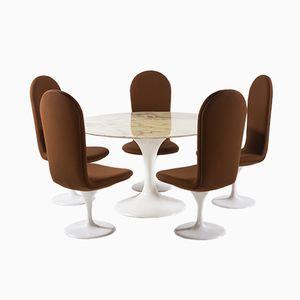 mobilier de salle a manger avec table tulipe en marbre et 5 chaises pivotantes par charles