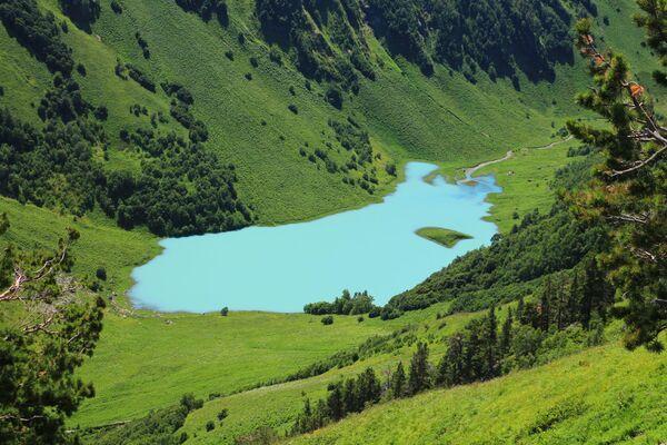 Озеро открытое в горах Кавказа после отступления ледника