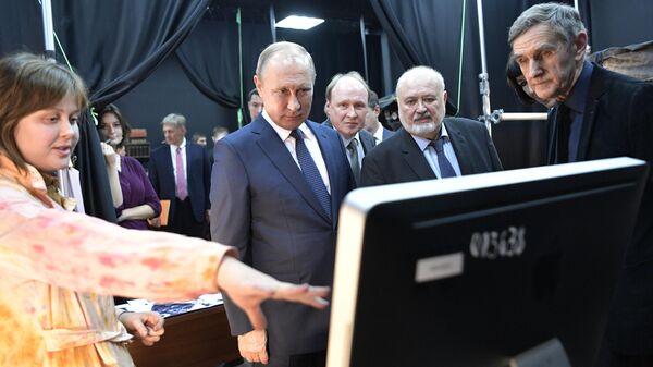 Путин поручил возродить производство документальных фильмов