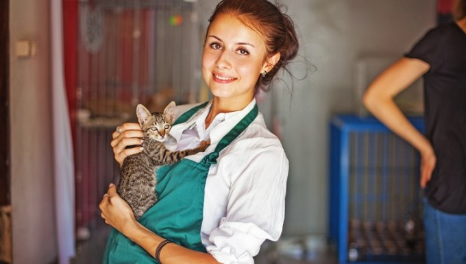young women holds a cat