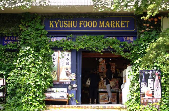 Du khách có thể tham quan Yufuin cả ngày không biết chán bởi nơi đây có vô số cửa hiệu đồ lưu niệm, đồ thủ công mỹ nghệ, hàng quán bán đặc sản, làng hoa, khu nuôi cú mèo... Ngoài ra, các hàng bánh ngọt ở đây luôn đông khách xếp hàng mua, nhất là tiệm bánh cuộn P Roll nằm tại lối vào của đường Yunotsubo Kaido.