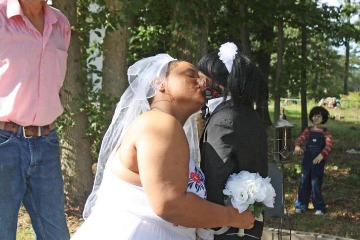Captura de Pantalla 2021 03 17 a las 14.00.44 - L'ha vista a 13 anni, se ne è innamorata e ha deciso di sposarla. La storia di una ragazza e la sua bambola- zombie