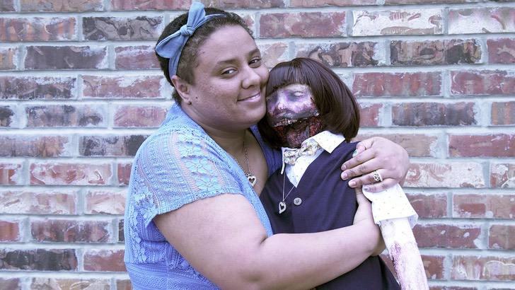 matrimonio bambola zombie 01 - L'ha vista a 13 anni, se ne è innamorata e ha deciso di sposarla. La storia di una ragazza e la sua bambola- zombie