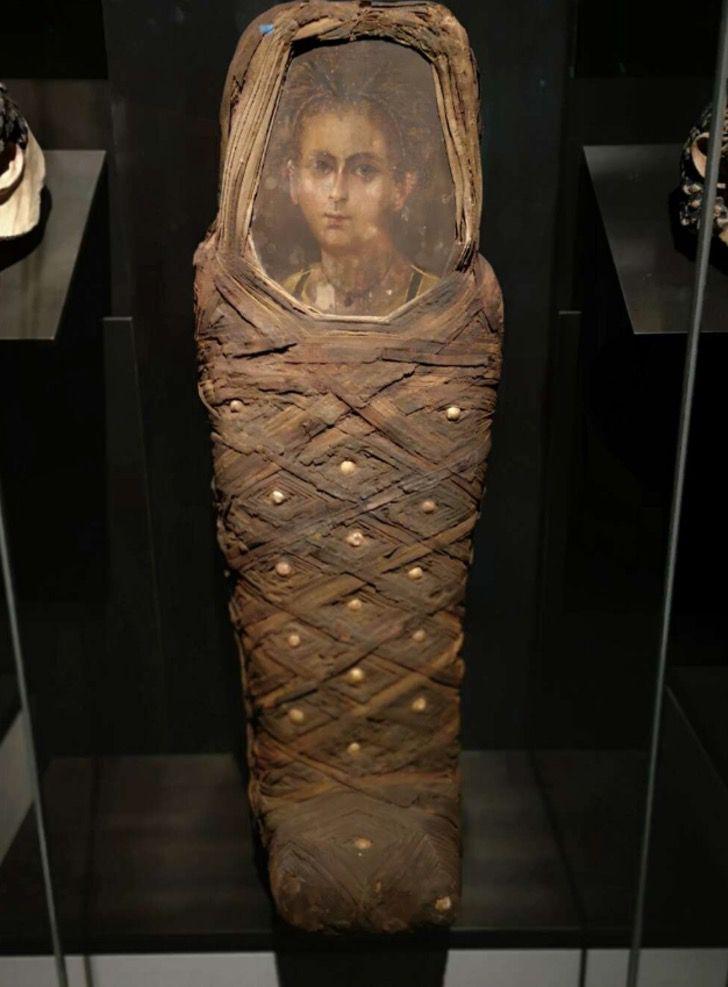 Captura de Pantalla 2020 10 22 a las 14.20.31 - Encontraron una momia con un retrato pegado a la cabeza del ataúd. La tecnología recreó a la niña