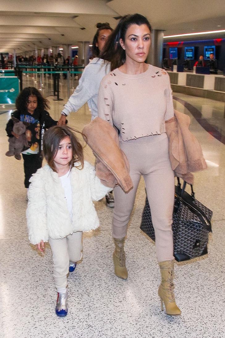 kardashian sin maquillaje6 - 17 veces en que las Kardashian se mostraron sin maquillaje. Kim intentó cubrirse la cara
