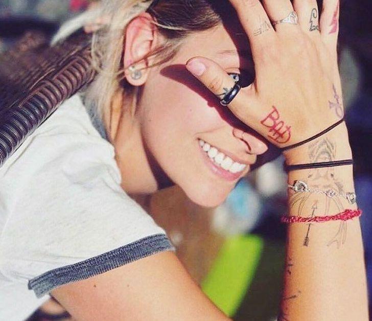 secretos tatuajes famosos1 - 15 mensajes que ocultan los tatuajes de los famosos. El de Kendall Jenner es un punto blanco