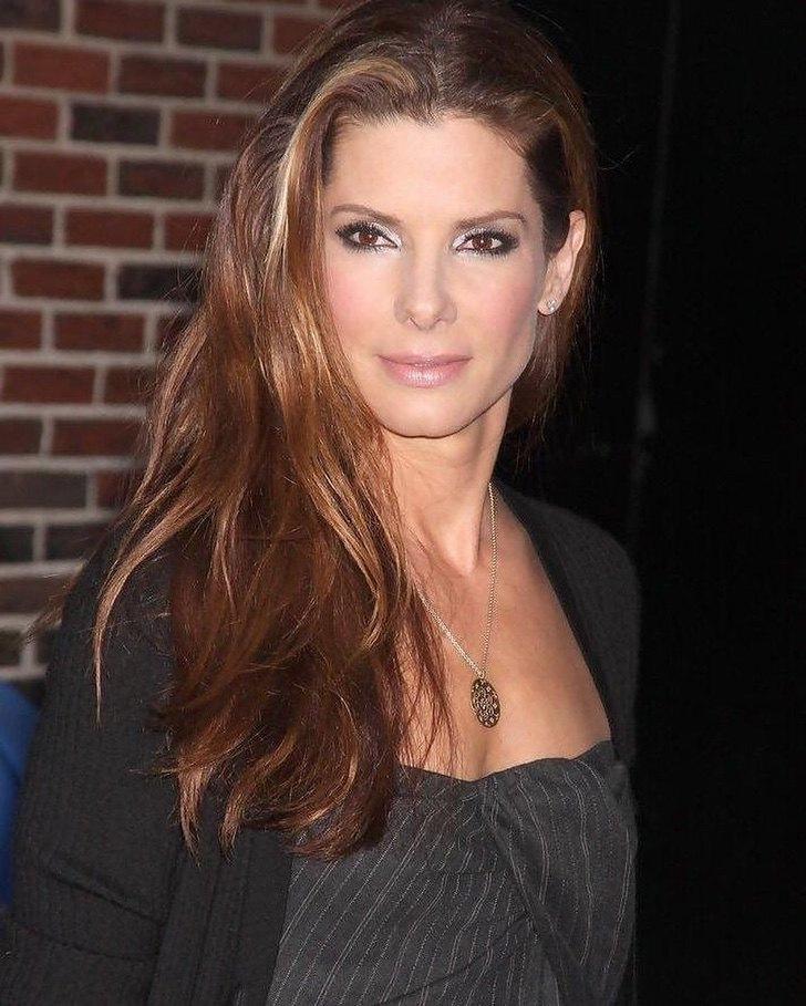 3 46 - 11 famosos que fueron víctimas de sus fans. Sandra Bullock se escondió de ellos en un armario
