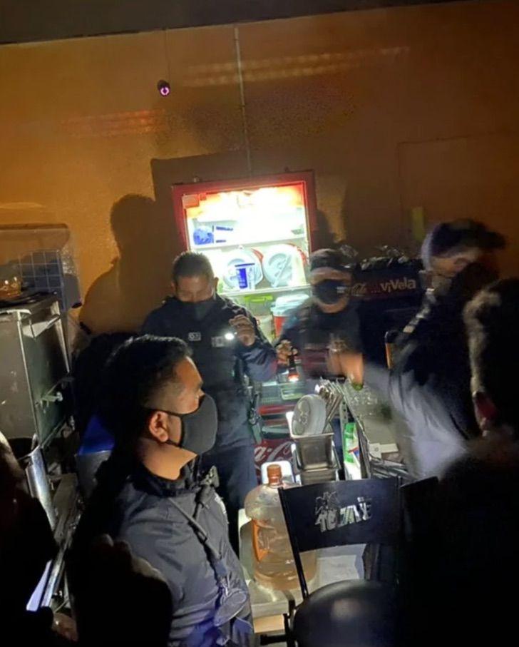 Captura de Pantalla 2021 01 26 a las 11.30.45 - Jóvenes usan un refrigerador falso para entrar a bar clandestino en Pachuca. Aumentan los contagios