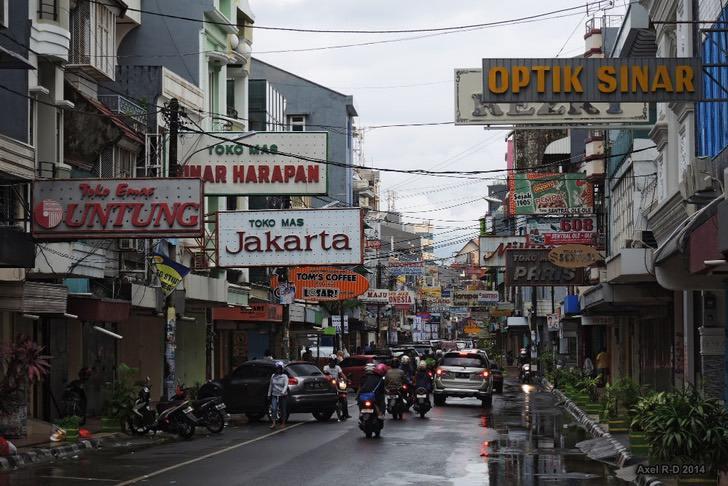 Makassar - Niño le enseña a leer a su hermano menor mientras vende globos en la calle. Sobreviven de a dos