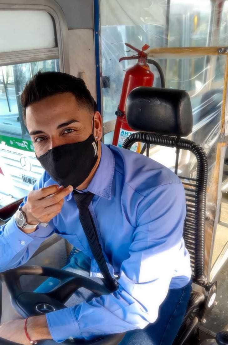 argentina bus colectivero transporte patagonia sexy0003 - Chofer de bus argentino roba el corazón de sus pasajeras. Es víctima de muchos piropos al trabajar