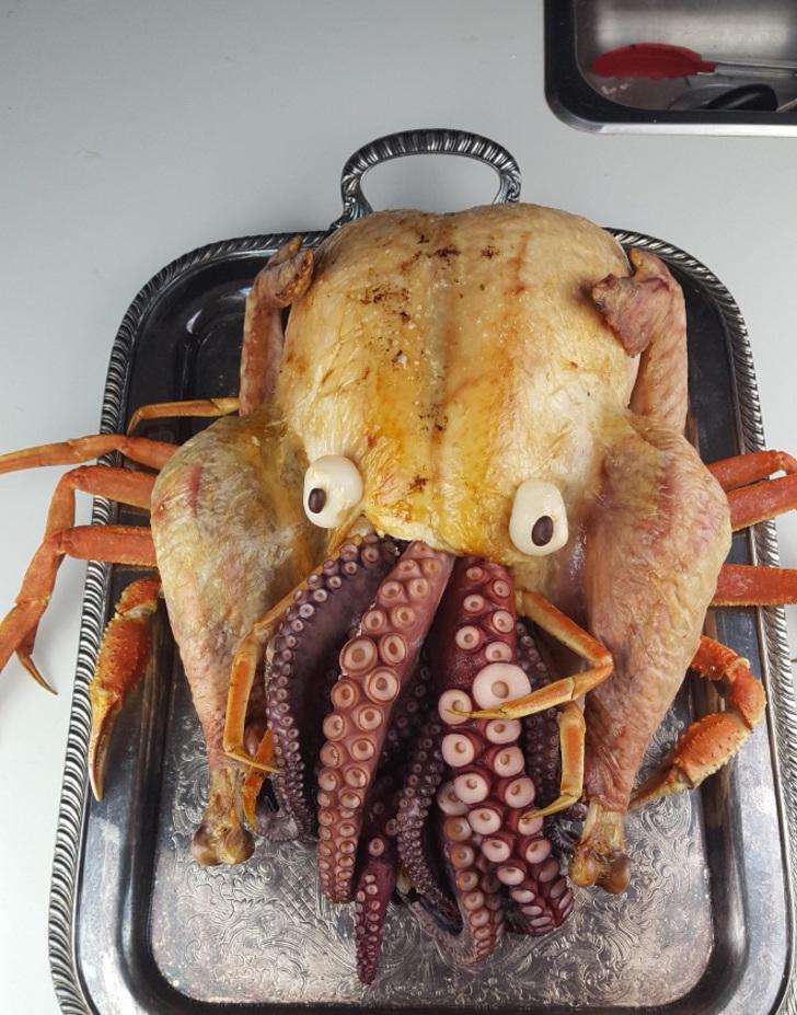 pavo pulpo cangrejo mezcla comida texas exagerar Cthulhu0005 - Conoce el pavo relleno con pulpo que tanto disfrutan en Texas. El Cthulhu favorito de los lectores