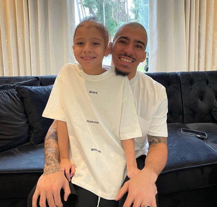 Captura de Pantalla 2021 02 03 a las 13.53.06 - Futbolista rapó su cabeza en apoyo a su hijo con alopecia. No tiene pelo, pero si un gran padre