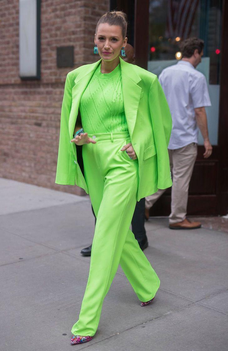12 50 - 22 veces que las famosas se lucieron con trajes coloridos. Kendall los usa sin camiseta ni sujetador