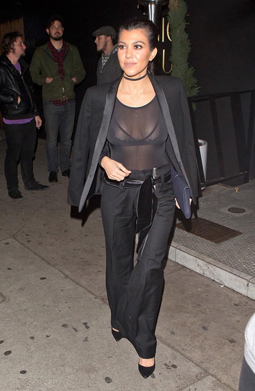 18 33 - 20 famosas que usaron blusas transparentes en público. Bella Hadid olvidó el sujetador en casa