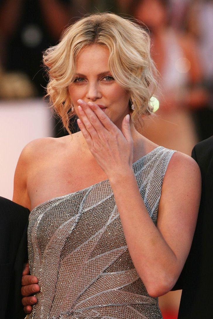 3 62 - 23 famosas que lanzan besos apenas ven una cámara cerca. Emma Watson es toda una profesional