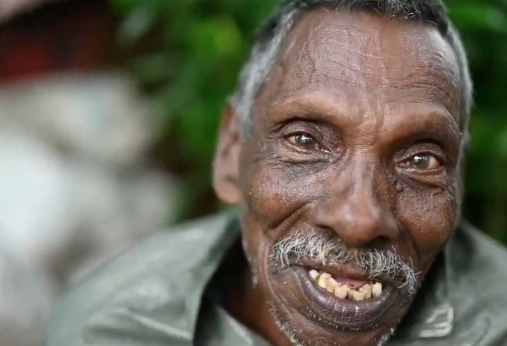 Captura de Pantalla 2021 03 10 a las 15.59.32 - Abuelo con parálisis lucha contra la contaminación de un lago en su bote. Así se gana la vida