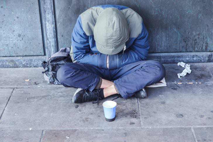 hombre situacion calle pidio dinero ella dio empleo 1 - Un hombre en situación de calle le pidió dinero y ella le dio un empleo. Lavó los platos con orgullo