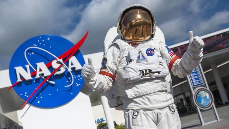 """los ejercicios de astronauta de la nasa que puedes hacer durante el confinamiento - """"Estaba perfectamente quieta"""": Hombre se confunde al ver por la ventana y notar a su perra con casco"""