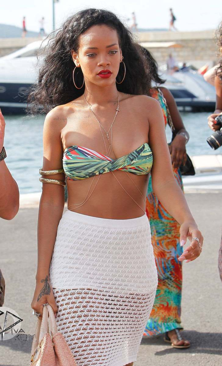 14 17 - 17 veces que las celebs usaron bikini sin tirantes. El de Kylie apenas soportaba el peso de su pecho
