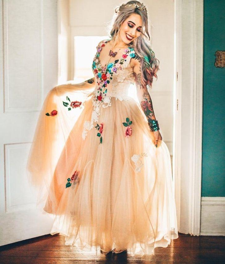 3 13 - 30 novias que no usaron el típico vestido blanco en su boda. Una se vistió de dinosaurio