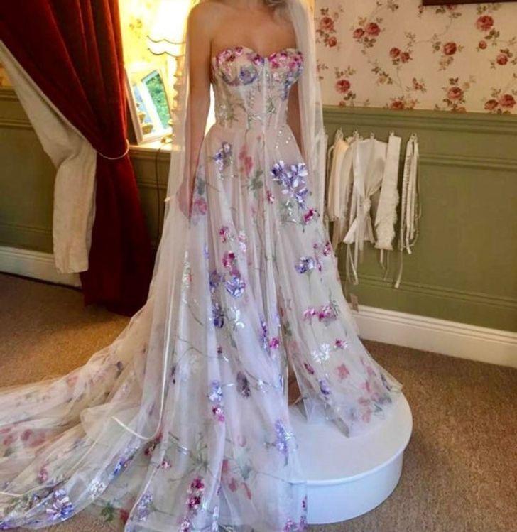 6 13 - 30 novias que no usaron el típico vestido blanco en su boda. Una se vistió de dinosaurio