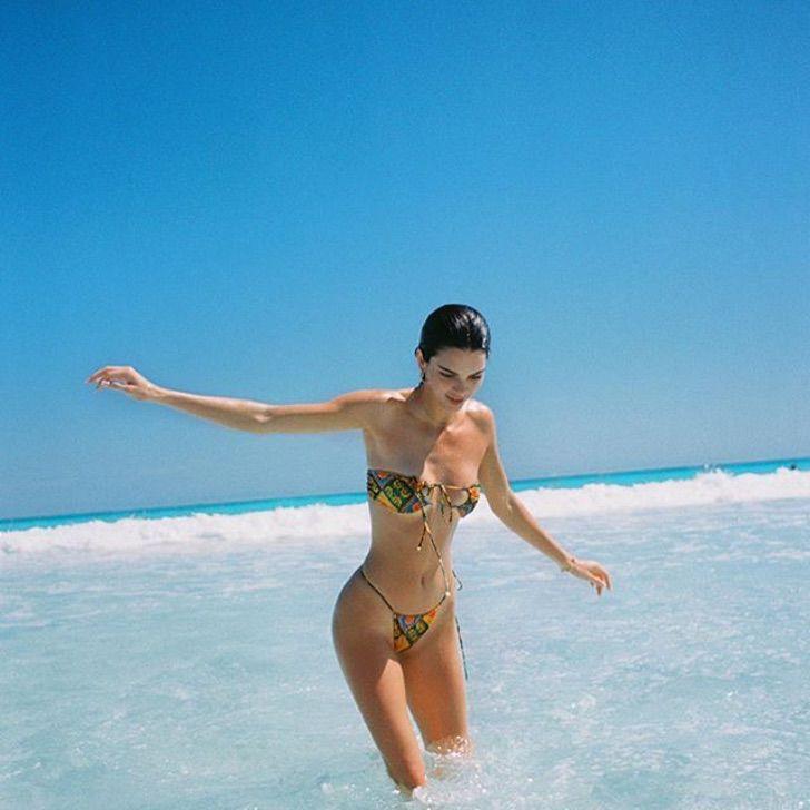 9 28 - 17 veces que las celebs usaron bikini sin tirantes. El de Kylie apenas soportaba el peso de su pecho