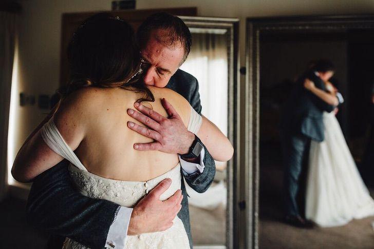 13 25 - 15 veces que los fotógrafos captaron la complicidad entre padres e hijas justo antes de sus bodas