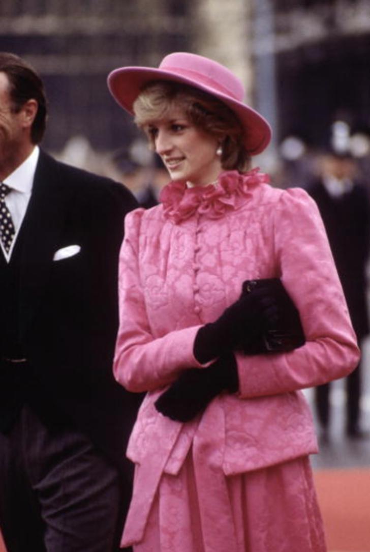 15 34 - 27 veces que Lady Di lució como toda una princesa con sus atuendos rosa