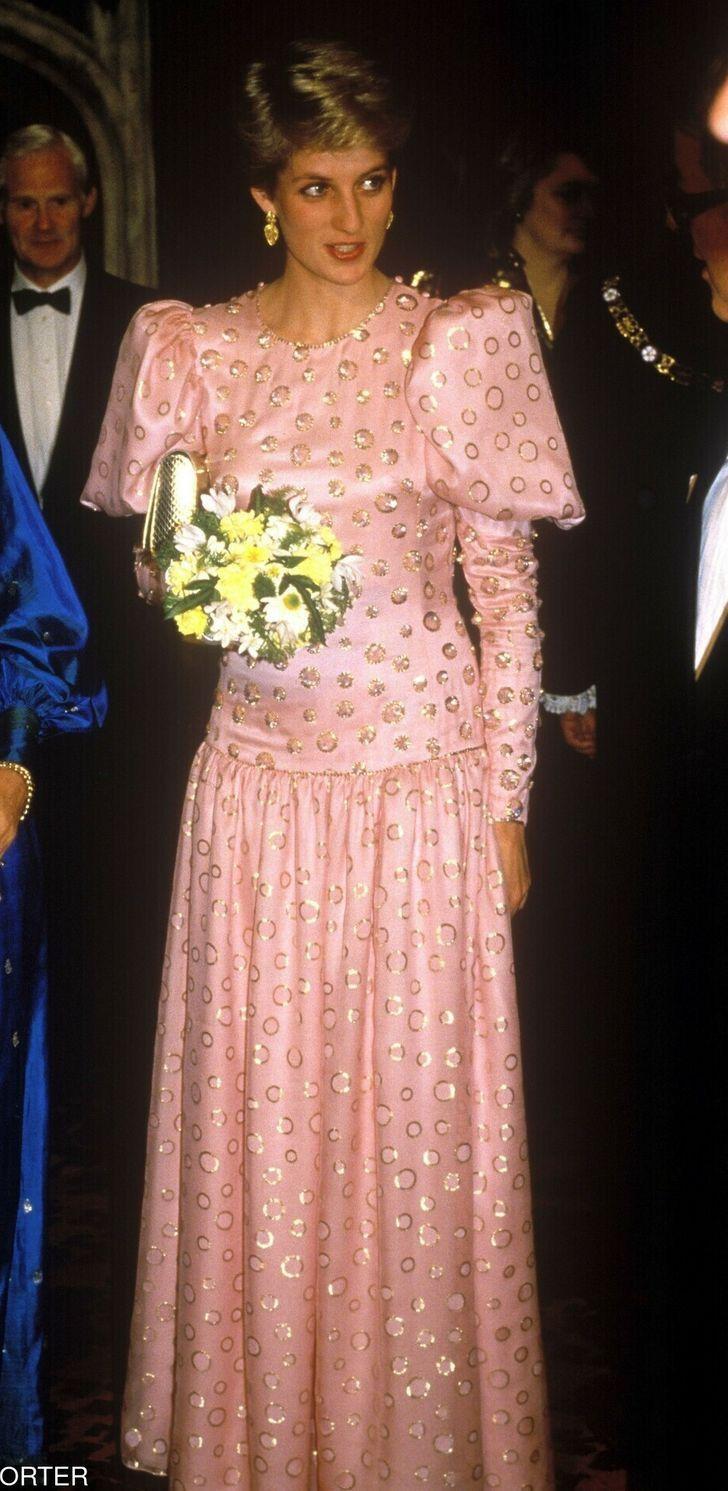 17 2 1 - 27 veces que Lady Di lució como toda una princesa con sus atuendos rosa