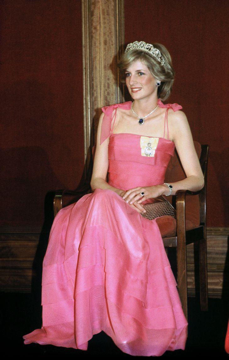 2 97 - 27 veces que Lady Di lució como toda una princesa con sus atuendos rosa